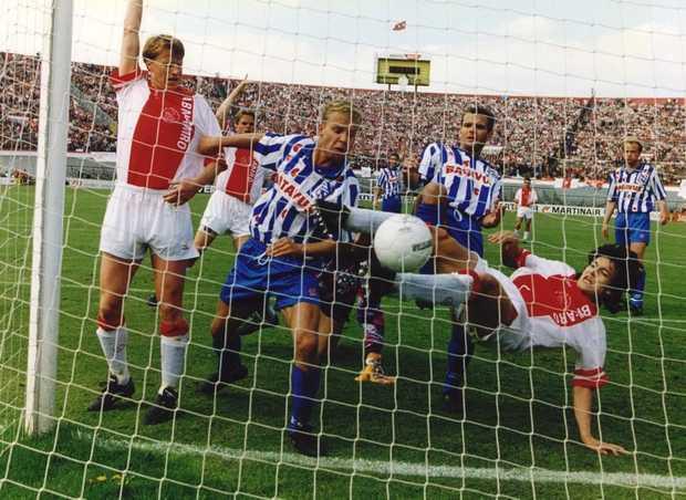 Litmanen scoort in kampioenswedstrijd tegen Heerenveen op 1 mei 1994 (credits foto http://www.anp-archief.nl/page/64298/nl)